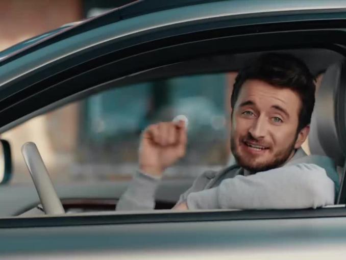 Robert Kubica gra w piłkę i trenuje boks w reklamie Rexony