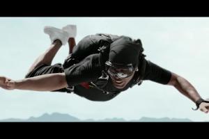 Ronaldinho skacze ze spadochronem w spocie Warki