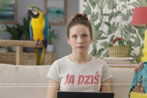 Przelew z papugą w reklamie mBanku