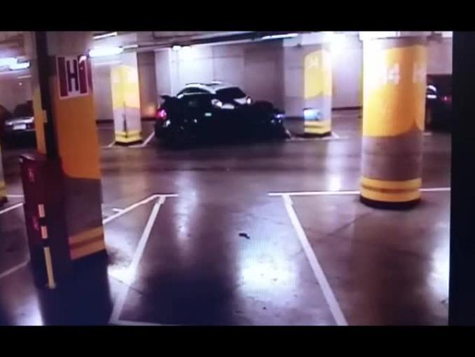 Sportowy Mercedes zawiadomił policję w Elblągu o tym że uczestniczył w wypadku