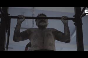 Tatuażysta Paweł Reduch reklamuje bezalkoholowe piwo Perła