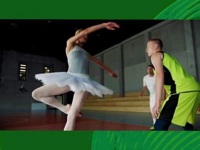 Marcin Gortat reklamuje batony FreeYu