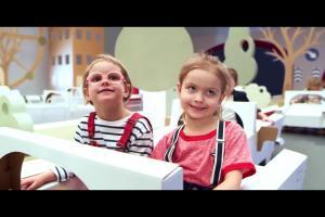 Robert Kubica z dziećmi edukuje w kampanii #DobryKierowca PKN Orlen - pierwszeństwo