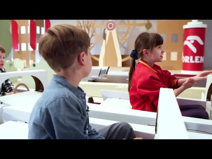 Robert Kubica z dziećmi edukuje w kampanii #DobryKierowca PKN Orlen - jazda na suwak
