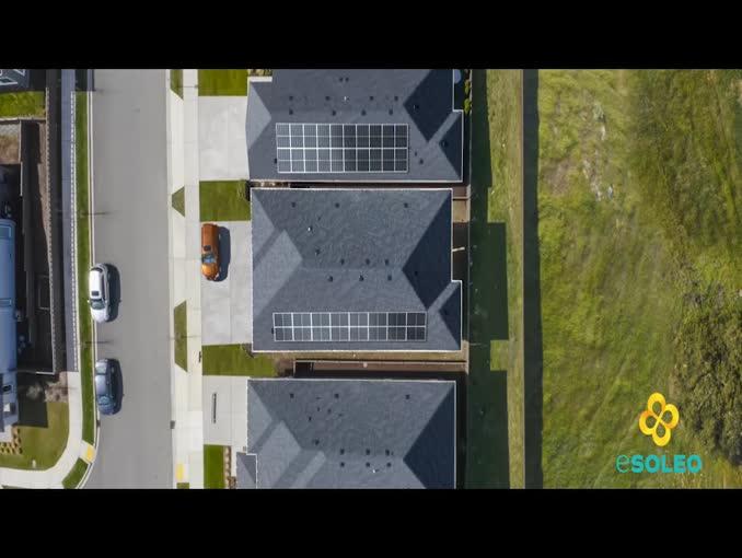 Sąsiedzi rozmawiają o fotowoltaice w reklamie Esoleo