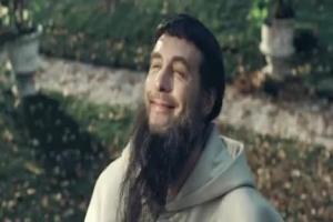 Szymon Majewski jako mnich reklamuje Konto za Zero w PKO BP