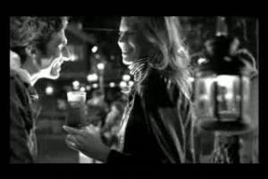 Czarno-biały spot reklamuje Karmi Black w butelce