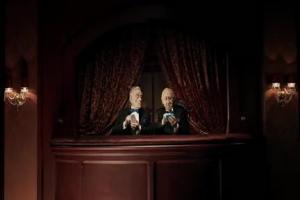 Staruszkowie w teatrze reklamują smartfony Samsunga