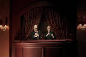Staruszkowie w teatrze reklamują smartfony Samsunga (2)