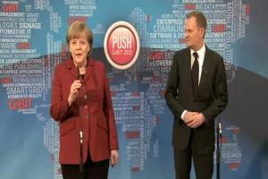 Donald Tusk i Angela Merkel na targach CeBIT w Hanowerze