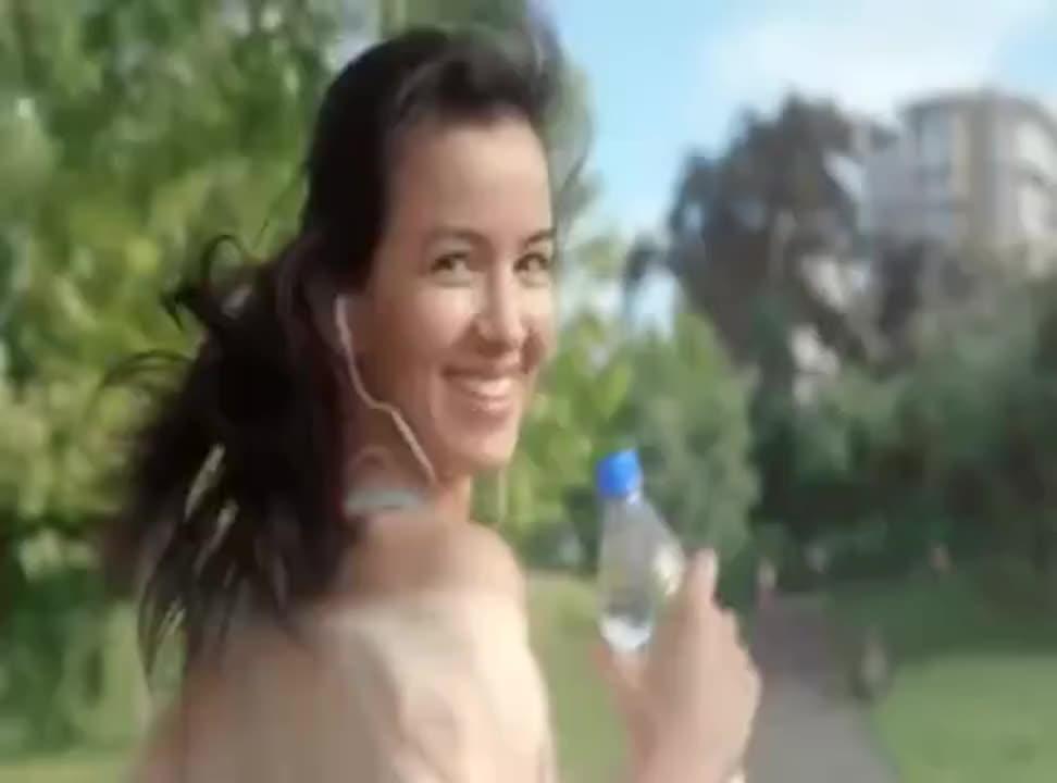 Kobiecość pełna życia reklamuje Nałęczowiankę