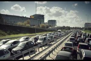Roztańczony jeleń za kierownicą reklamuje Biedronkę