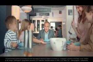 Piotr Adamczyk sprawdza kuchnię w reklamie eurobanku