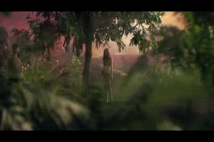 Ewa kusi Adama mango w reklamie Biedronki