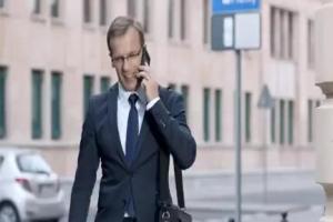 Niebieski dywan przed klientami w reklamie MetLife