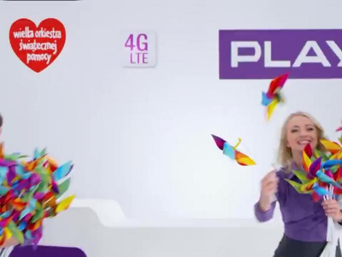 Jerzy Owsiak z tęczowymi wiatraczkami reklamuje WOŚP z Play