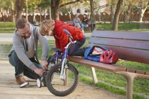 Mali odkrywcy na rowerach reklamują Danonki
