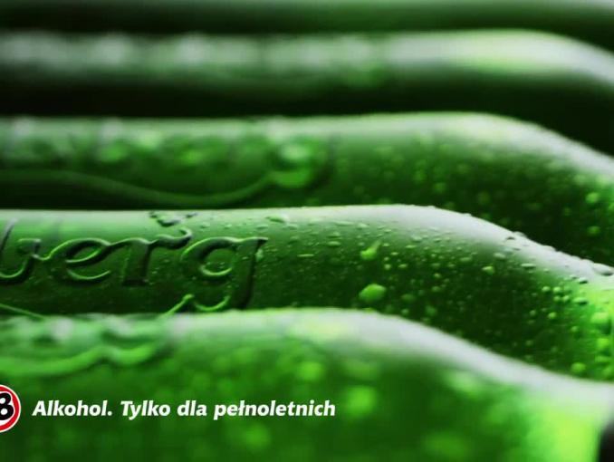 Carlsberg z tradycyjnymi puszkami i starym hasłem reklamowym