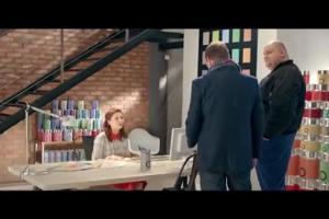 Tomasz Karolak z ochroną reklamuje internet stacjonarny w Orange dla Firm