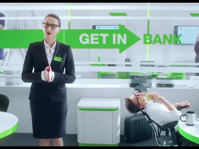 Pracownicy ćwiczący reklamowanie w spocie Getin Banku