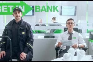 Para pracowników reklamuje kredyt na PIT z premią w Getin Banku