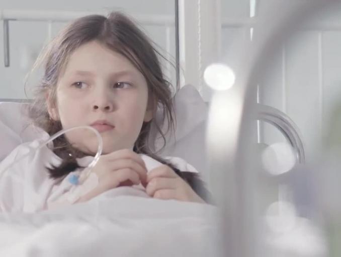 Klown pociesza dzieci w szpitalu - spot fundacji Czerwone Noski