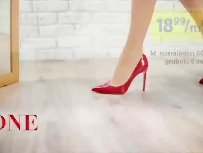 Praktiker filmowo reklamuje panela podłogowe