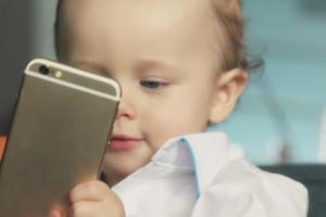 Odkryj w sobie dziecko - reklama Media Markt ze smartfonem