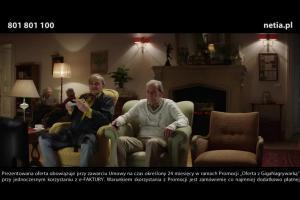 Rozmowa staruszków przed telewizorem reklamują GigaNagrywarkę w Netii
