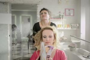 Fryzjerka reklamuje OLX.pl jako miejsce do znalezienia pracy