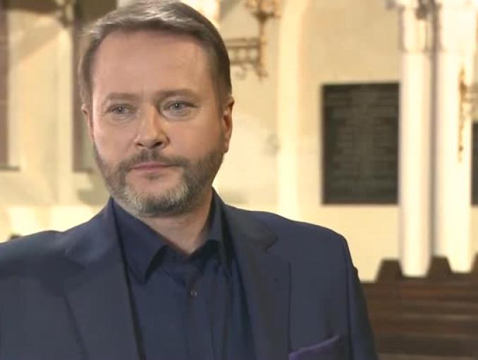 """Artur Żmijewski: dopóki ludzie nie mówią do mnie """"proszę księdza"""", jest w porządku"""