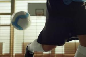 Mecz sprzątaczek reklamuje szkolną ofertę w Decathlonie