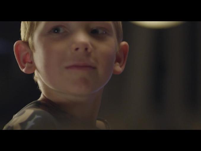 Dziecięce zabawy perkusisty reklamują VOX