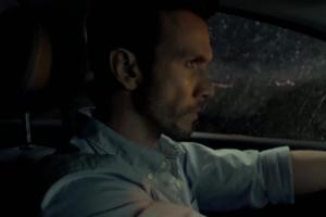 Kierowca wyrzuca ból z samochodu w reklamie Ibupromu Max Sprint