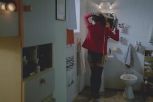 Zmiana dziewczyny w lakier do włosów reklamuje Getin Up Free w Getin Banku