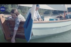 Rodzinna bliskość reklamuje krem Nivea z polską nazwą