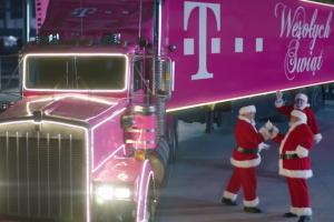 Święci Mikołaje i ciężarówka w bożonarodzeniowej reklamie T-Mobile