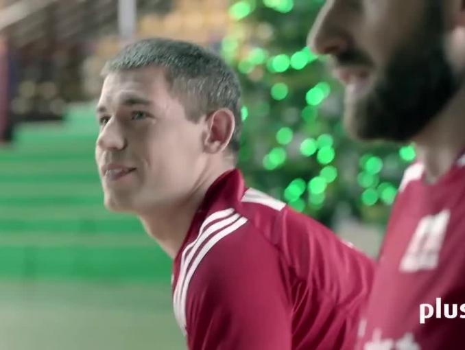Siatkarska za-dyszka w bożonarodzeniowych reklamach Plus na kartę