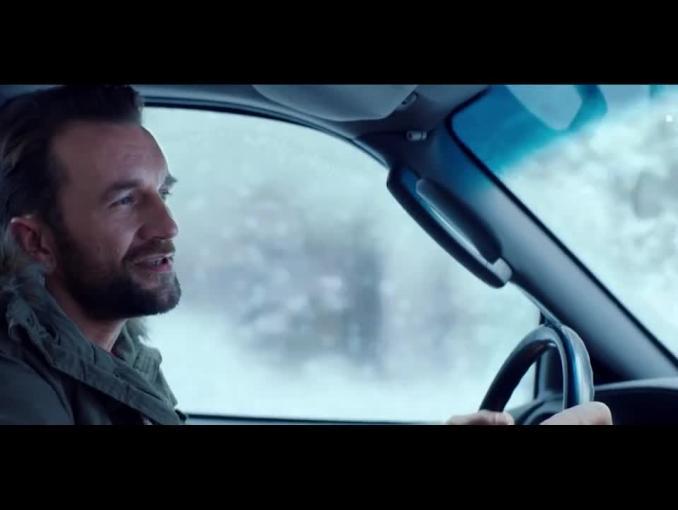 "Tomasz Kot śpiewa polskie ""Driving home for Christmas"" w spocie T-Mobile"