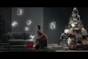 Choinka z prezentów w bożonarodzeniowej reklamie Empiku