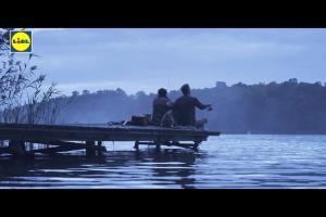 Dorota Wellman i Karol Okrasa reklamują książki o rybach w promocji Lidla
