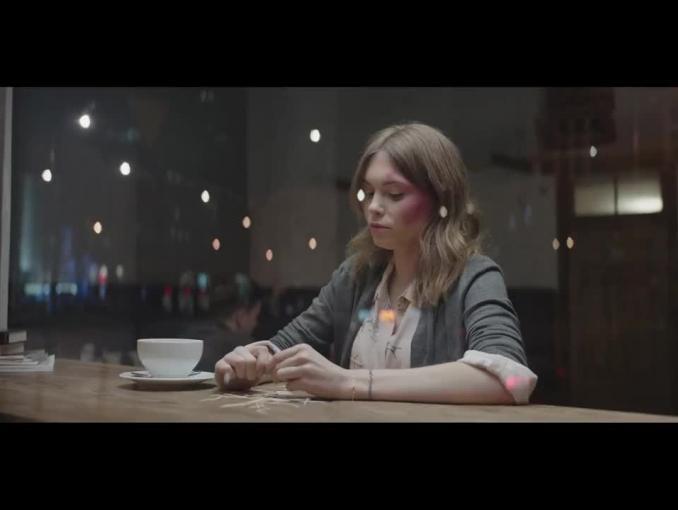 Złe filmy odbijają się na twarzach w reklamie Filmwebu