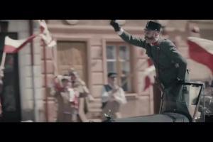 Dezerterzy z Austro-Węgier w piłkarskim pościgu reklamują piwo Tyskie