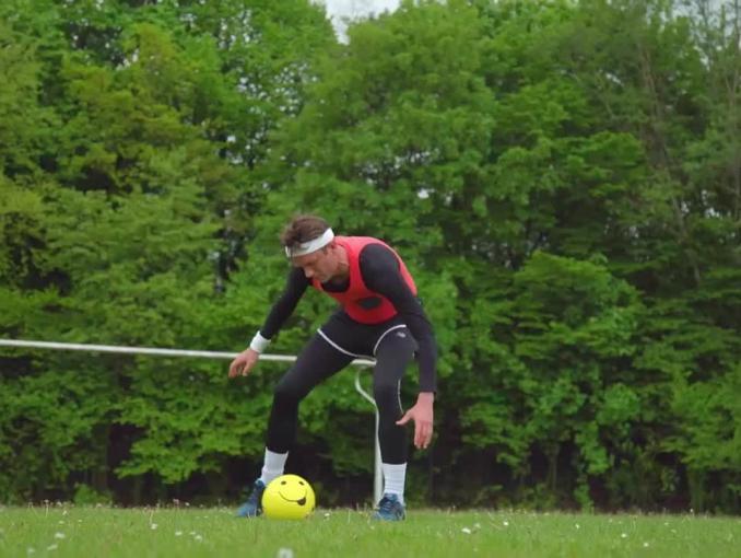 Tomasz Kot rzuca piłkarskie wyzwanie Robertowi Lewandowskiemu w kampanii T-Mobile