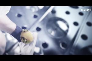 Freestylowy piłkarz reklamuje pralki Samsung AddWash