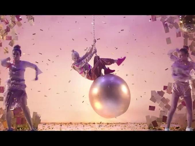 Margaret w stylu teledysku Miley Cyrus reklamuje buty Deichmann