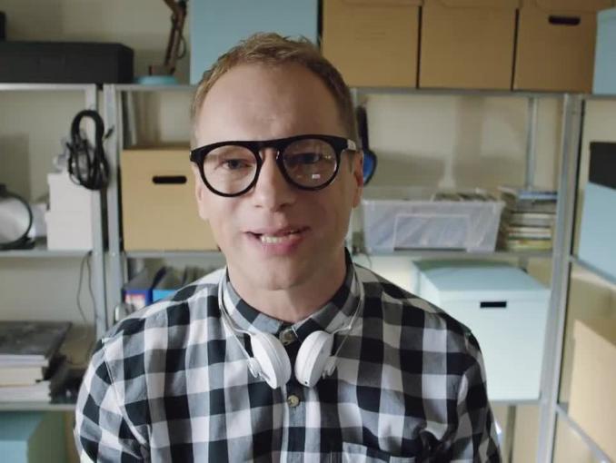 Maciej Stuhr w spocie Sony Xperia XZ parodiuje vlogerów technologicznych