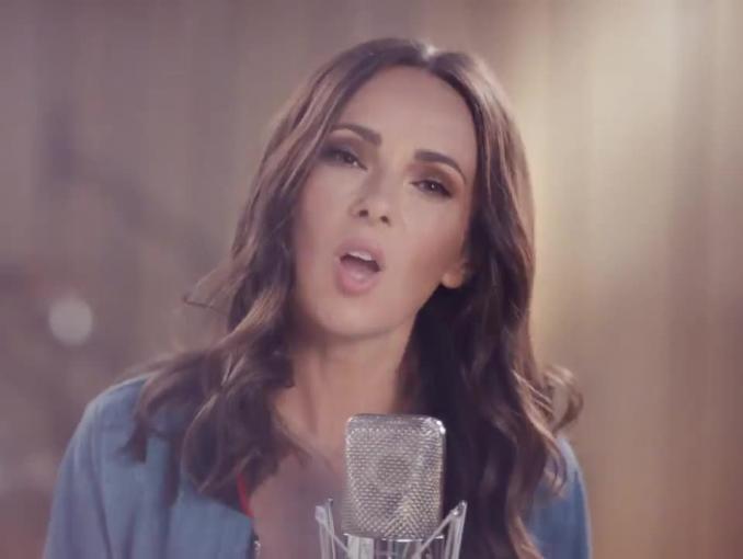 Kasia Kowalska śpiewająco reklamuje napoje Fortuna