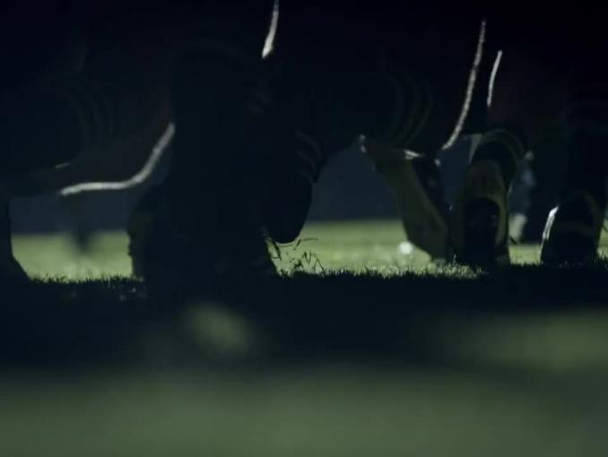 Rugbysta-pianista reklamuje KIA Niro