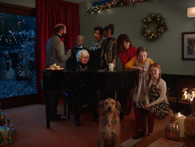 Kolędowanie z niespodziankami w bożonarodzeniowej reklamie TK Maxx